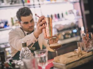 Otevírací doba do 20:00 nestačí, restaurace v Hradci Králové krachují. Blatný je chce od příštího týdne opět zavřít