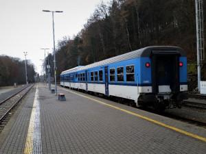 Do vlaků Českých drah z Liberce do Pardubic umístili někteří z jejich zaměstnanců parte. Loučili se s cestujícími