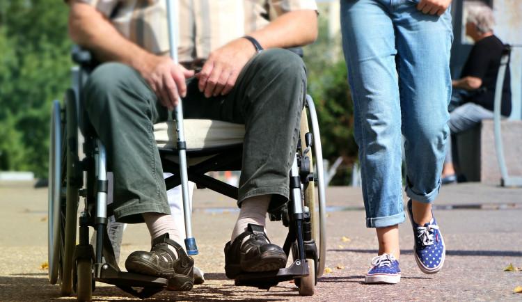 KOMENTÁŘ: Protivní důchodci versus drzí mlaďáci