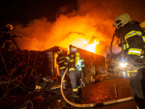 FOTO   VIDEO: Kvůli požáru dílny byl vyhlášen druhý stupeň požárního poplachu. V budově bylo několik tlakových nádob