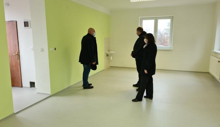 Náchod opravil budovu na pozemku Základní školy Komenského. Přesune se do ní část výuky