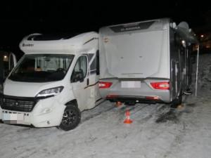 V Peci se kvůli smyku srazila dvě obytná auta. Jak zvládnout smyk?