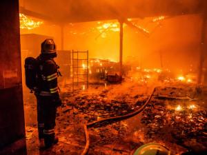 FOTO: Takhle vypadal rok 2020 pohledem krajských hasičů. Nejnáročnější byl požár v Polici nad Metují