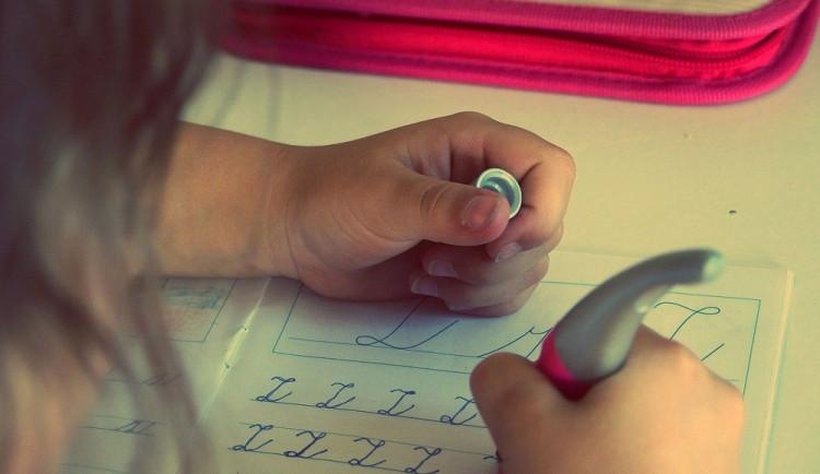 Do škol se dnes vrátí jen děti z 1. a 2. tříd základních škol. Ostatní se budou učit opět na dálku