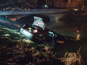 Řidič, který utopil auto v Metuji, se přišel sám udat na policii
