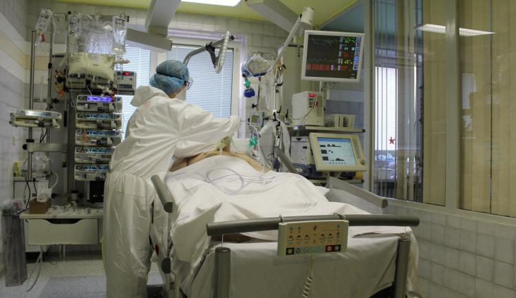 Ždímeme zdravotníky jako citron a lidé epidemii stále nepřikládají větší vážnost, upozorňuje ředitel náchodské nemocnice