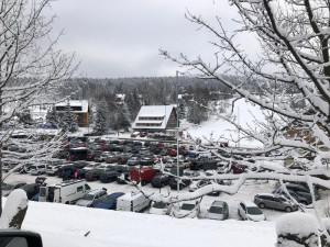 Parkoviště v Krkonoších a Orlických horách zaplnili turisté