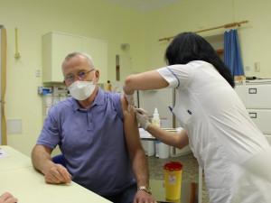 Kraj shání dobrovolníky do očkovacích center, očkování bude podmínkou, uvedl Fink