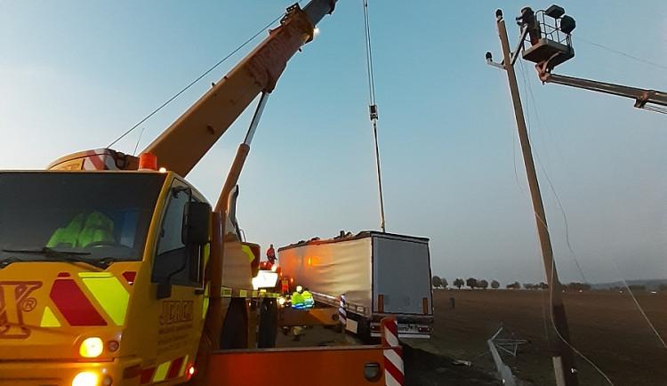 Při dopravní nehodě přerazil kamion sloup a strhl vedení. Část obyvatel Červené Hory na Náchodsku je bez elektřiny