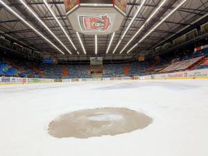 Zápas Lvů proti Ocelářům byl kvůli díře v ledu odložen. Hrát se ale bude v Třinci