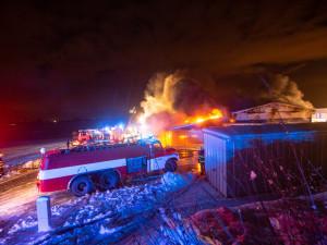 FOTO | VIDEO: V Sendražicích hořela skladovací hala na plasty a pneumatiky