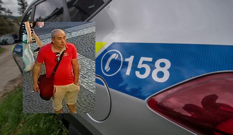Muž v Hradci Králové znásilnil hendikepovanou ženu. Policie hledá možného svědka, kterého zachytila kamera
