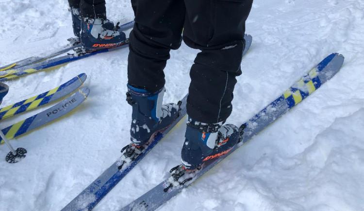 Policisté dostali lyže a vyrazili do terénu. V Krkonoších pomáhají strážcům parku
