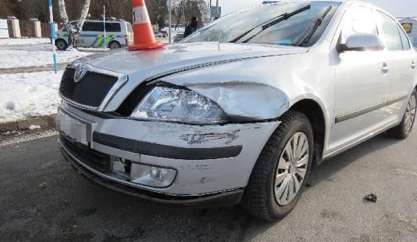 Řidič Octávky srazil Audi. Chtěl ujet, ale narazil do sloupu. Měl 2,4 promile
