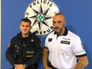 Neváhali ani minutu… Z hořícího objektu zachránili policisté tři děti