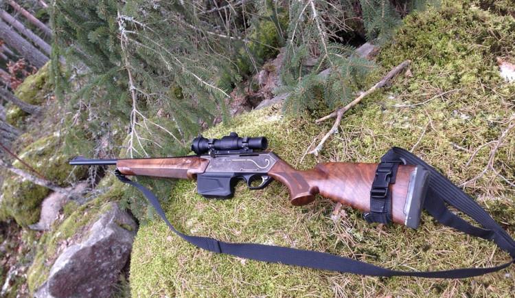 Od kamaráda nelegálně koupil dvě zbraně. Policii řekl, že pušku hodil do Labe
