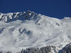 V Krkonoších stále platí druhý stupeň lavinového nebezpečí. Na hřebenech je až metr sněhu