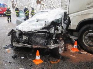 FOTO: Mladý řidič u Trutnova předjížděl náklaďák, čelně se srazil s protijedoucím autem