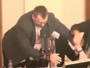 VIDEO: Jestli tady pudeš, dostaneš flákanec! Volný vyvolal potyčku ve Sněmovně
