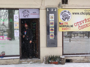 Ke včerejšímu protestu se přidala hospoda v Orlických horách. Hostům nabídla přespání