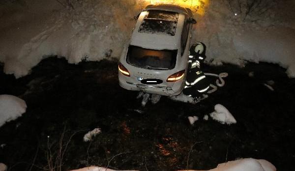 Řidička na Trutnovsku nezvládla couvání, auto skončilo v řece
