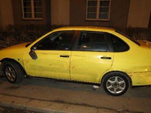 Řidič náklaďáku se dvěma promile poškodil tři auta a sloup veřejného osvětlení