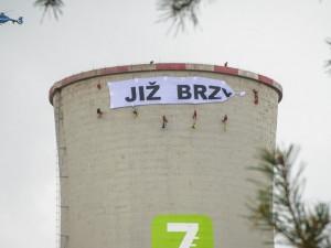 Za poškození chladící věže při protestu proti chvaletické elektrárně odešli aktivisté od soudu s pokutou
