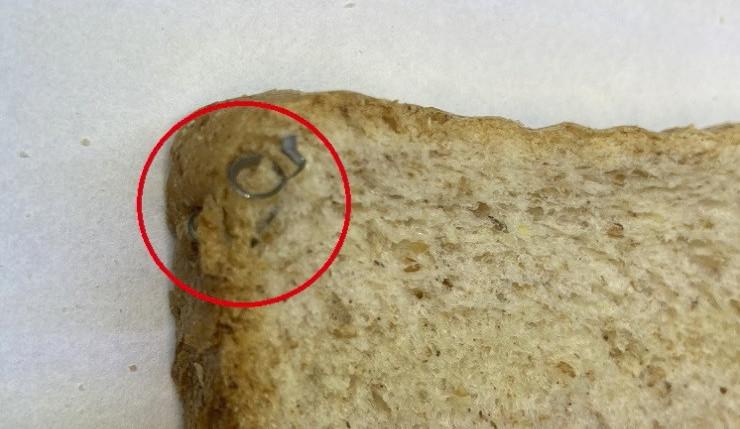 FOTO: Inspektoři našli v toustovém chlebu z Polska kovové střepiny