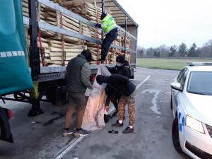 Na korbě náklaďáku policie našla pět migrantů z Rumunska. Ministerstvo je pošle zpět