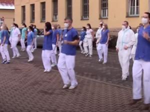 VIDEO: Zdravotníci z jičínské nemocnice secvičili tanec proti covidu