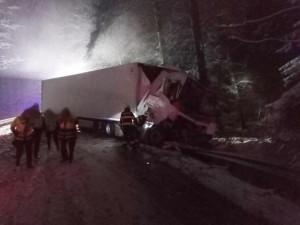 Královéhradecký kraji zasypal sníh. Na silnicích se stalo několik desítek nehod