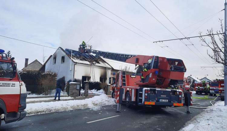 FOTO: V hradeckých Malšovicích hořel rodinný dům. Škoda se odhaduje na dva miliony korun