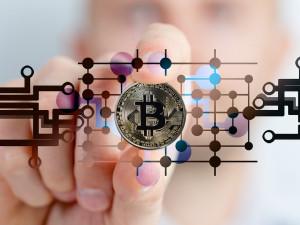 Chtěl si vyzkoušet obchodování s Bitcoinem, vysáli mu z účtu 200 tisíc