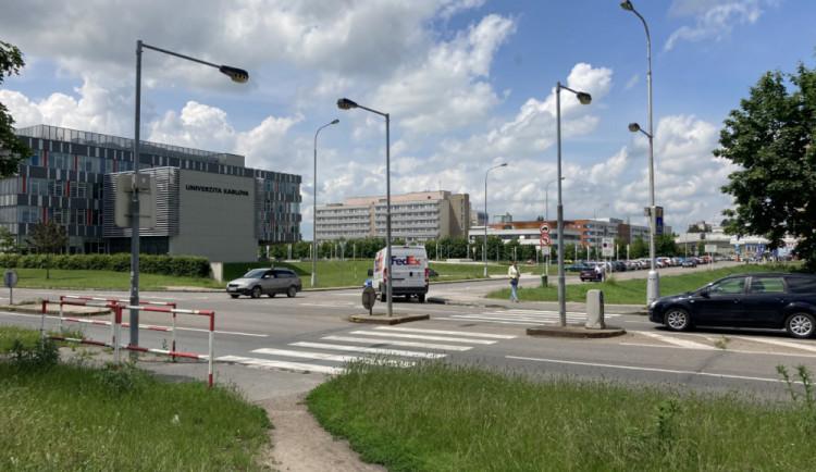 Na výjezd od nemocnice v Hradci Králové se vrátí semafory. Prozatím jen provizorní