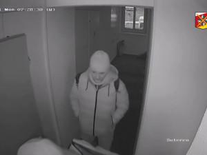 VIDEO: Ze sklepa v centru Hradce Králové zloději brali kola i tvrdý alkohol. Pátrá po nich policie