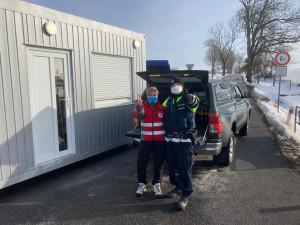 Policisté na Trutnovsku se setkávají s velkou vlnou solidarity, dostali kafe nebo pizzu