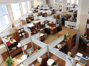 Nejvíc nakažených je mezi dělníky a lidmi v kanceláři, ukázala data