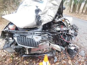 Řidič na Rychnovsku nezvládnul zatáčku a narazil do stromu, museli ho vyprostit hasiči
