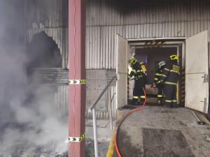 V Josefově zasahovalo pět jednotek hasičů, hořelo u výrobní haly
