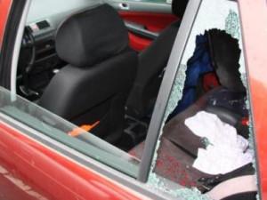 Zloděj se do vašeho auta dostane za pár vteřin. Auto fakt není trezor, ukázalo se znovu v Hradci