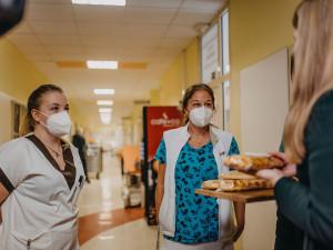 Lidé z napekli pro náchodskou nemocnici 65 štrůdlů, aby podpořili nejenom zdravotníky, ale i místní jabloň