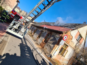 Hasiči likvidovali požár neobydleného rodinného domu v Hronově