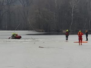 V Žamberku se prolomil led pod třemi dětmi. Na místo letěl i vrtulník záchranářů z Hradce Králové