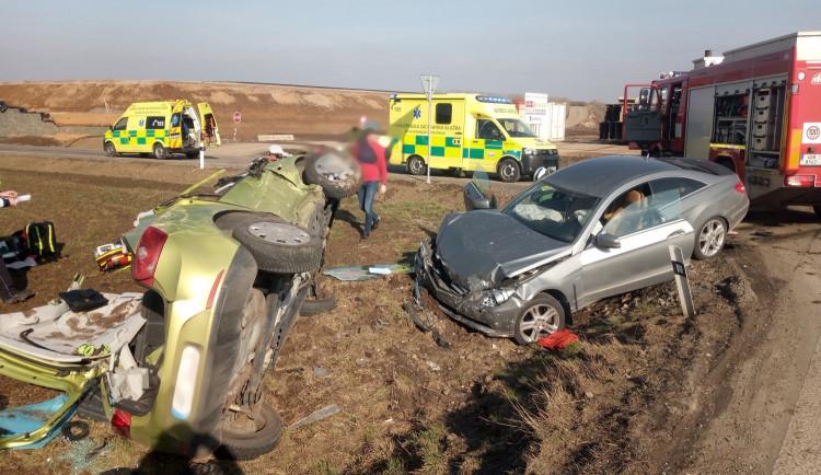 Na hlavní mezi Jaroměří a Hradcem se opět bouralo, hasiči museli vyprostit dvě osoby