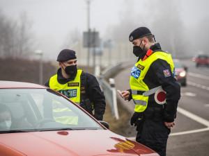 Víkendové kontroly na hranicích okresů bez komplikací. Policie odepřela cestu jen několika řidičům