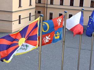 Města v kraji budou zítra vyvěšovat tibetskou vlajku. Připojí se i Hradec Králové