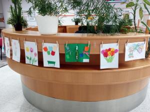 Onkologii a radiologii hradecké nemocnice zdobí obrázky tulipánů. Díla vznikala ve školkách i mezi pacienty