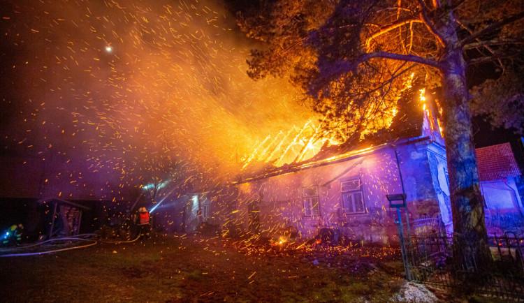 S požárem rodinného domu v Jasenné bojovalo sedm jednotek. Jeden z hasičů se zranil