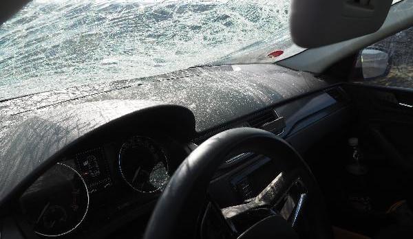 Neodstraněný led z náklaďáků opět páchal škody na protijedoucích autech