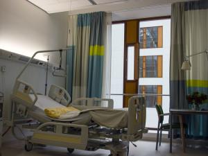 V Královéhradeckém kraji povolil tlak na lůžka intenzivní péče. Situace se nadále zlepšuje